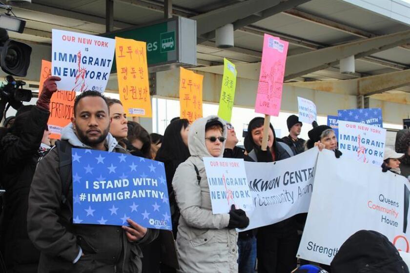 Una semana después de que el presidente del país, Donald Trump, ordenara el veto migratorio, decenas de abogados y voluntarios siguen trabajando en el aeropuerto JFK de Nueva York para defender los derechos de los afectados. EFE/ARCHIVO