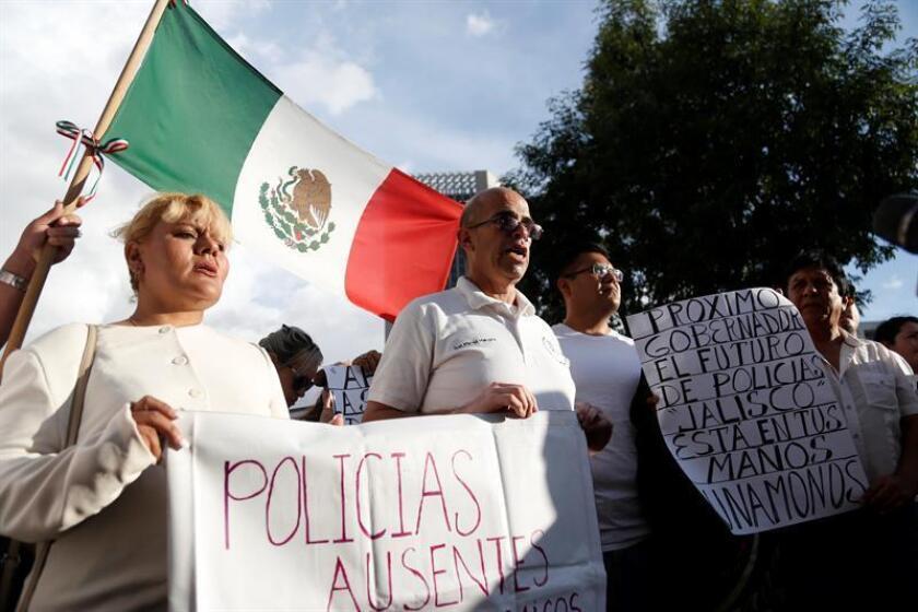 Un grupo de policías acompañados de familiares y colectivos ciudadanos protestan hoy, miércoles 12 de septiembre de 2018, en la ciudad de Guadalajara, Jalisco (México). EFE