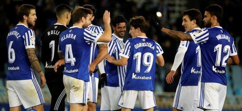 Los jugadores de la Real Sociedad celebran el tercer gol del equipo donostiarra durante el encuentro correspondiente a la jornada diecisiete de primera división que han disputado frente al Sevilla en el estadio Anoeta de San Sebastián. EFE