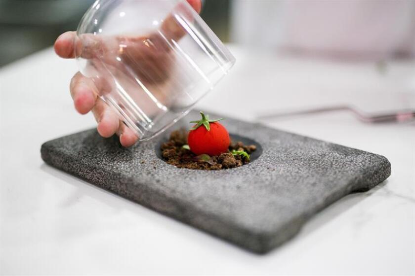 Fotografía cedida por el Restaurante La Costa mostrando unos de sus platos de dulce tomate de El Ejido que prepara el su propietario el chef español José Álvarez. EFE/Restaurante La Costa/SOLO USO EDITORIAL/NO VENTAS