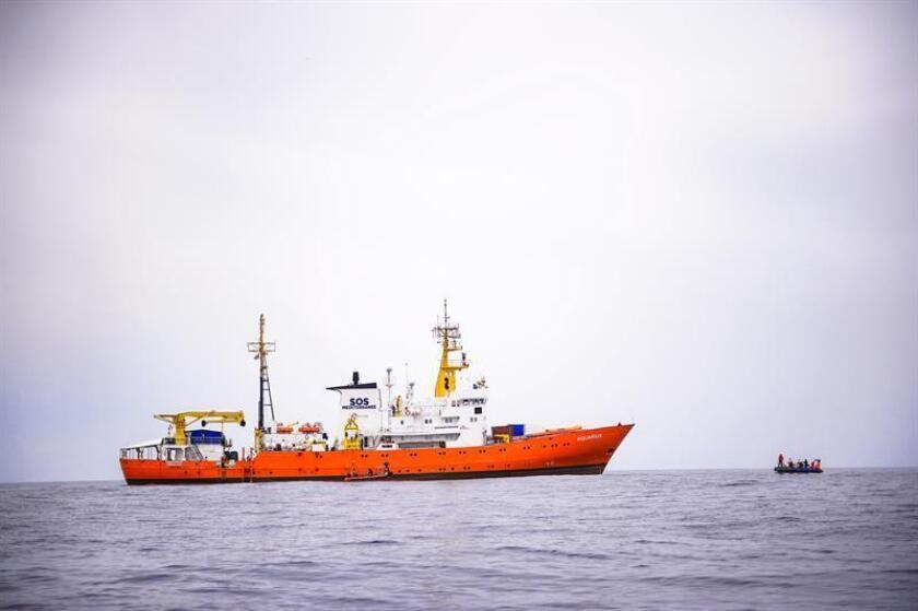 """EPA8759. MAR MEDITERRÁNEO, 11/06/2018.- El barco """"Aquarius"""" de la ONG francesa SOS Méditerranée en una foto de archivo tomada durante una misión de rescate de inmigrantes frente a las costas de Libia, el 10 de abril de 2018. El presidente del Gobierno, Pedro Sánchez, ha dado instrucciones para que España """"cumpla con los compromisos internacionales en materia de crisis humanitarias"""" y el puerto de València acoja al barco Aquarius, en el que se encuentran más de 600 personas abandonados a su suerte en el Mediterráneo. EFE/ Christophe Petit Tesson"""
