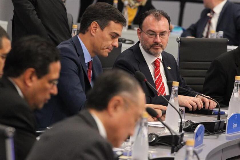 Spanish Prime Minister Pedro Sanchez (L) talks to Mexican Foreign Minister Luis Videgaray during a plenary session of the G20 Summit in Buenos Aires, Argentina, No. 30, 2018. EPA-EFE/ Aitor Pereira