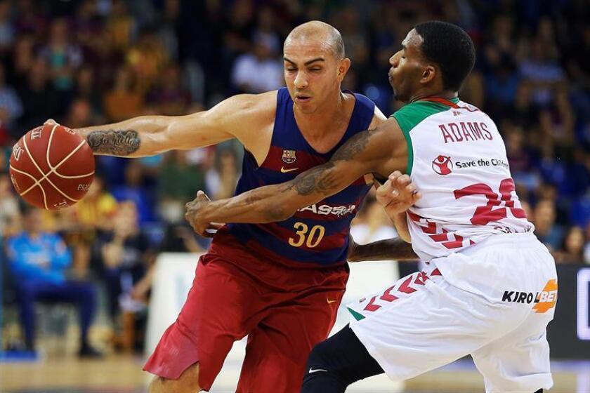 El base del Barcelona Carlos Arroyo (i) y el base del Laboral Kutxa Darius Adams durante el primer partido de semifinales de la Liga ACB que ambos equipos disputan en el Palau Blaugrana. EFE/Archivo