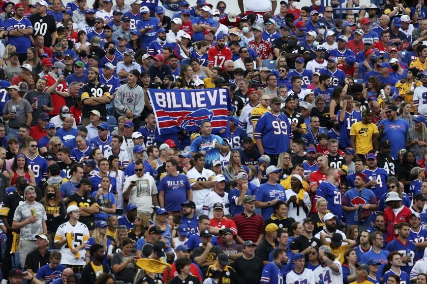 En foto del domingo 12 de septiembre del 2021, aficionados observan la segunda mitad del encuentro de los Bills.