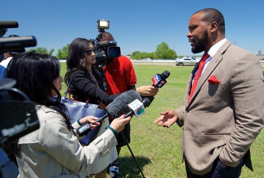 Attorney Lee Merritt, who represents Jordan Edwards' family, speak to the media after funeral services at Mesquite Friendship Baptist Church in Mesquite, Texas, USA, 06 May 2017. EFE/EPA/Archivo