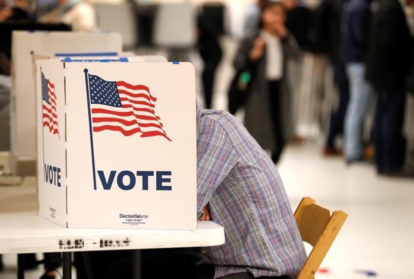 Ciudadanos votan durante las elecciones intermedias 2018, en San Francisco, California (Estados Unidos). EFE