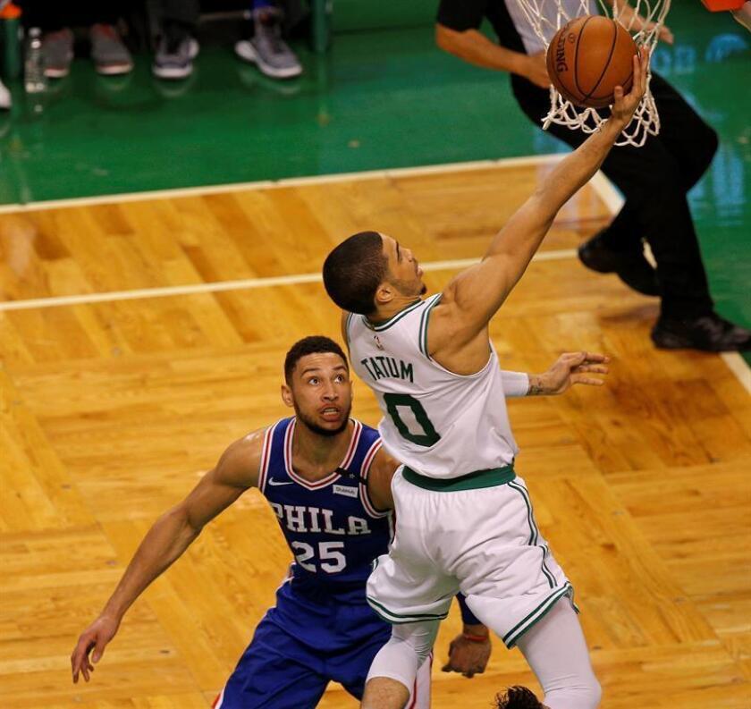 Ben Simmons (i) de 76ers disputa el balón con Jayson Tatum (d) de Celtics el pasado 9 de mayo, durante su juego clasificatorio de la Conferencia Este de la NBA en el TD Garden en Boston, Massachusetts (EE.UU.). EFE/Archivo