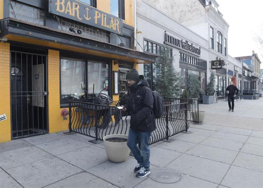 """Un hombre camina al lado de uno de los restaurantes hispanos de Washington, DC que cerró hoy jueves 16 de febrero del 2017 sus puertas en apoyo al movimiento """"Un Día sin Inmigrantes"""". EFE"""