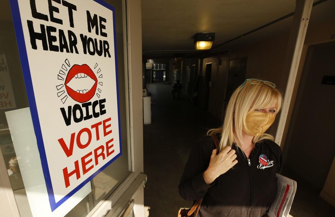 Mary Buckley verlässt das Wahlzentrum des Santa Monica College, nachdem sie ihre Stimme abgegeben hat.