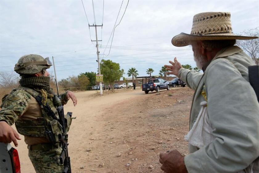 Un soldado conversa con un habitante este, miércoles 31 de enero de 2018, en Culiacán, estado de Sinaloa (México). El Gobierno mexicano negó hoy que haya condiciones para retirar a las Fuerzas Armadas de las tareas de seguridad pública, al presentar los resultados del despliegue de policías federales en puntos conflictivos del país desde el pasado lunes. EFE