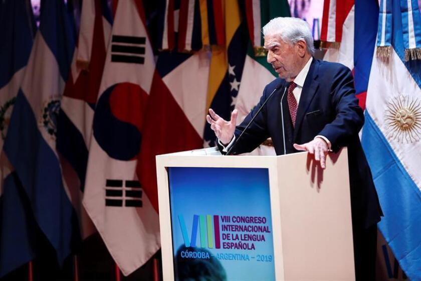 El escritor peruano Mario Vargas Llosa, durante su discurso en la sesión inaugural del VIII Congreso Internacional de la Lengua Española (CILE). EFE