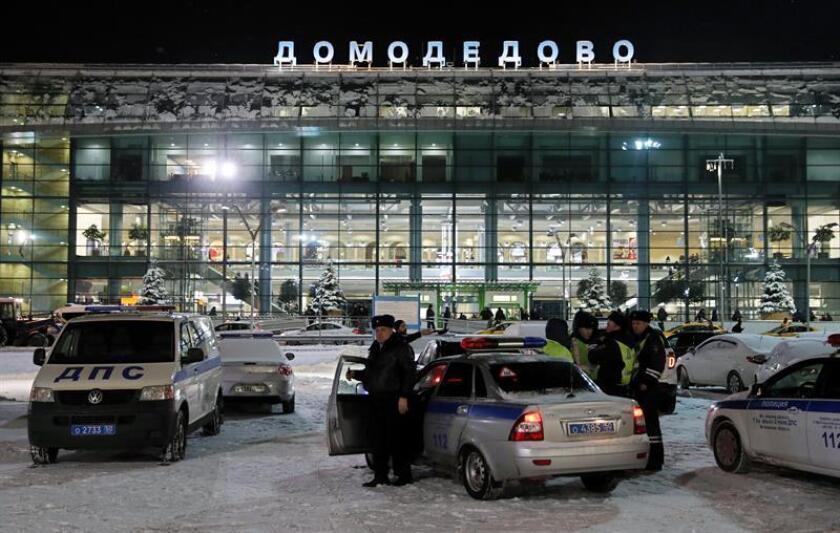 El avión, de la aerolínea Saratovskie Avialinii, se estrelló hoy a las afueras de Moscú por motivos que se desconocen y tras despegar del aeropuerto Domodédovo, el segundo más grande de la capital rusa. EFE/EPA