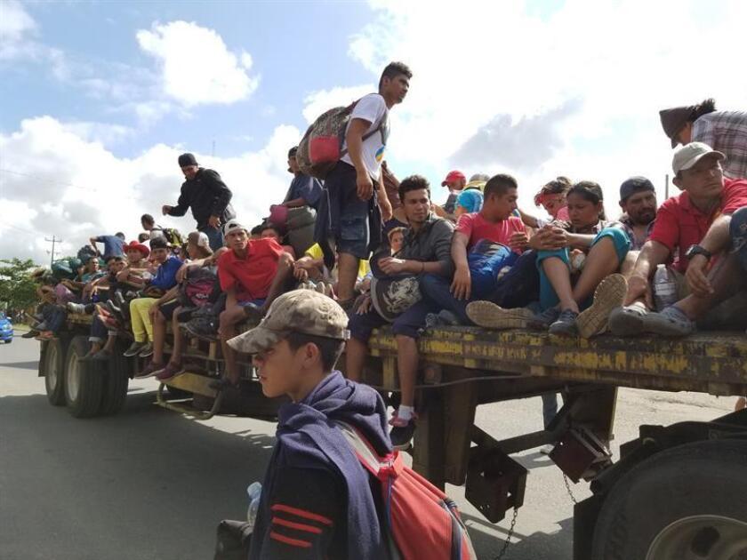 Fotografía sin fecha cedida por Liberation News donde aparecen unos miembros de la caravana de inmigrantes mientras se desplazan en un camión en Isla, uno de los 212 municipios del estado mexicano de Veracruz. EFE/Adan Plascencia/Liberation News/SOLO USO EDITORIAL/NO VENTAS