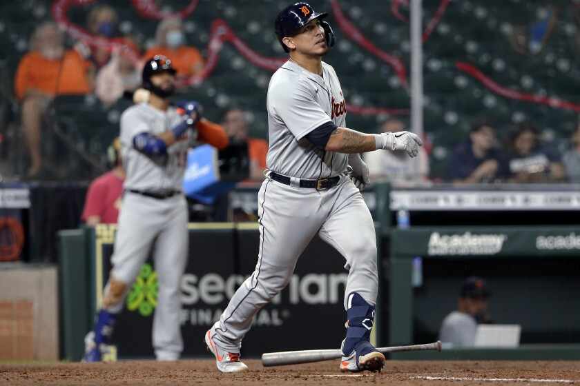 El venezolano Wilson Ramos, de los Tigres de Detroit, observa la pelota al conectar un jonrón en el noveno inning del juego ante los Astros de Houston, el martes 13 de abril de 2021 (AP Foto/Michael Wyke)