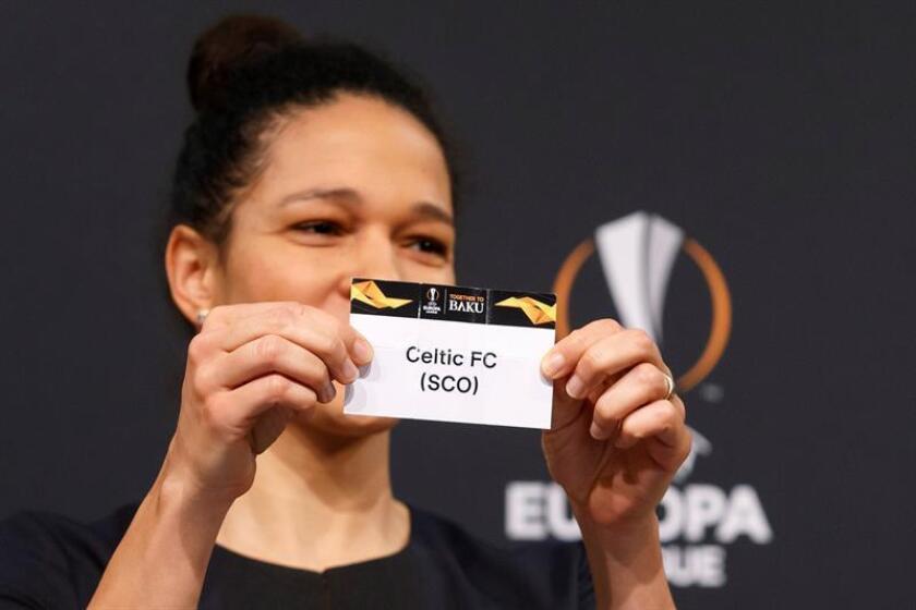 La exjugadora alemana de fútbol Celia Sasic muestra la papeleta del Celtic durante el sorteo de los dieciseisavos de final de la Liga Europa en Nyon, Suiza, hoy, 17 de diciembre de 2018. EFE