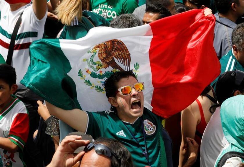 Aficionados celebran el gol de la selección mexicana de fútbol ante Alemania en el Mundial de Rusia, durante una transmisión ayer, domingo 17 de junio de 2018, desde el zócalo de Ciudad de México (México). EFE