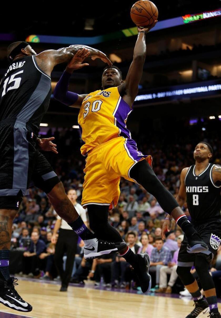 Julius Randle (c), de Lakers, durante un partido de la NBA. EFE/Archivo