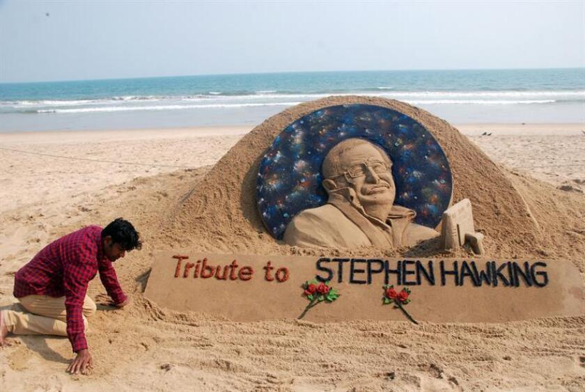 El artista indio Sudarsan Pattnaik termina una escultura de arena que honra al científico británico Stephen Hawking, fallecido a los 76 años, en la playa Puri, a unos 65 kilómetros de Bhubaneswar (India). EFE/Archivo