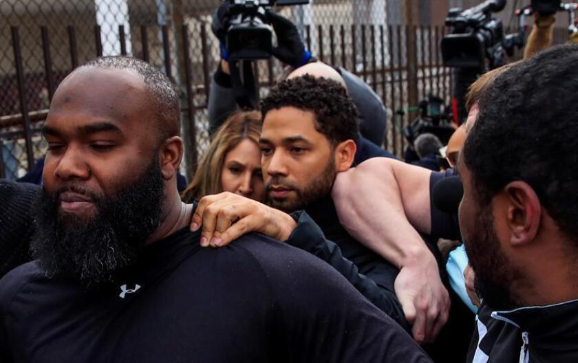 """El actor de la serie de televisión """"Empire"""" Jussie Smollett (c) sale del complejo de la Corte del Condado de Cook tras pagar el 10 por ciento de un bono de 100,000 USD en Chicago (EE.UU.). EFE"""