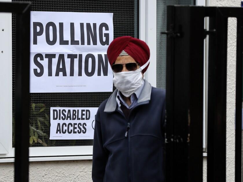 Una persona después de depositar su voto en Londres el 6 de mayo del 2021. (Foto AP/Frank Augstein)