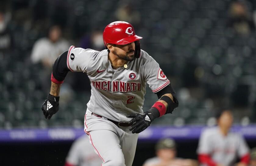 El jugador de los Rojos de Cincinnati Nick Castellanos se dirige a primera base en un doble remolcador contra los Rockies de Colorado, en 12mo inning de su juego de béisbol el sábado 15 de mayo de 2021 en Denver. Los Rojos ganaron 6-5 en 12 innings. (AP Foto/David Zalubowski)