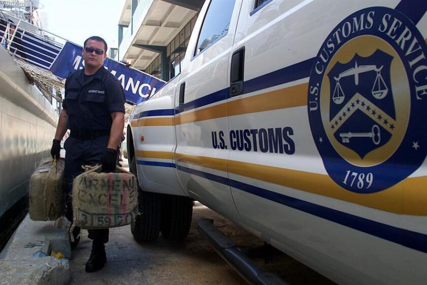 Efectivos de la aduana de EEUU bajan la cocaína decomisada en el Caribe por el HMS Manchester. EFE/Archivo