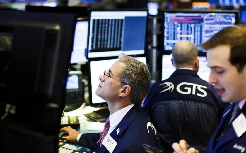 Trabajadores de la bolsa durante su jornada laboral en Wall Street, Nueva York, Estados Unidos. EFE
