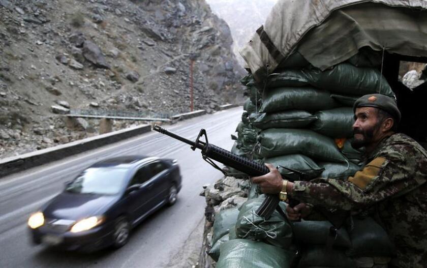Un miembro de la fuerzas de seguridad afganas hace guardia en una carretera en Kabul, Afganistán. EFE/Archivo