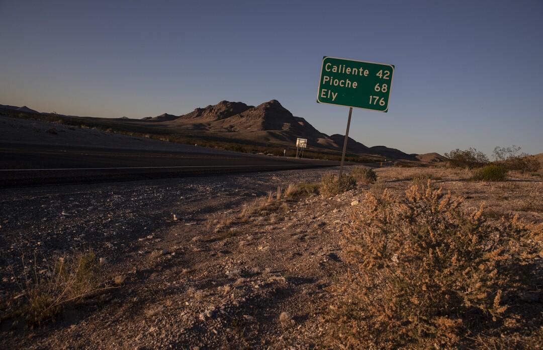 Un panneau de signalisation Le long de l'autoroute 93 aperçue les petites villes rurales à venir alors que l'autoroute se tienne au nord de Lincoln County à Hiko, Nevada.