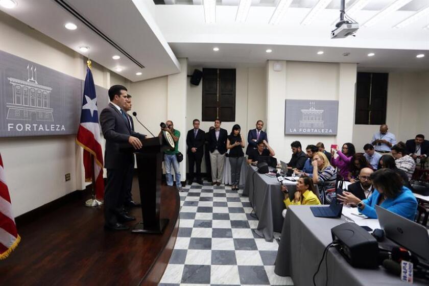 El gobernador de Puerto Rico, Ricardo Rosselló Nevares (i) y el representante ante la Junta de Supervisión Fiscal (JSF), Elías Sánchez (d), se dirigen a los medios de comunicación en una rueda de prensa en La Fortaleza de San Juan este, miércoles 3 de mayo de 2017 en San Juan (P. Rico). EFE/Archivo