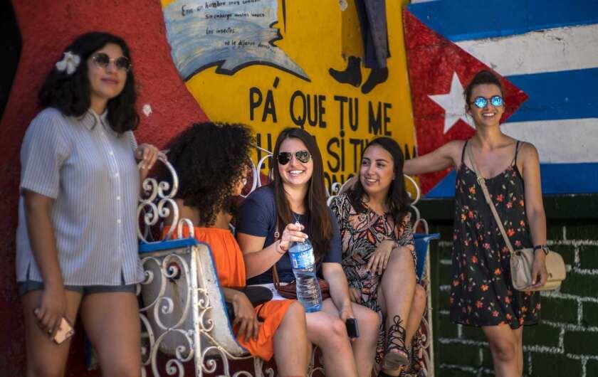 En esta foto del 12 de junio de 2016, la cubanoestadounidense Miranda Hernández, centro, habla con otros jóvenes en La Habana, Cuba. Hernández viajó a Cuba con CubaOne, un programa inspirado en el restablecimiento de las relaciones entre Estados Unidos y Cuba. (AP Foto/Ramon Espinosa)