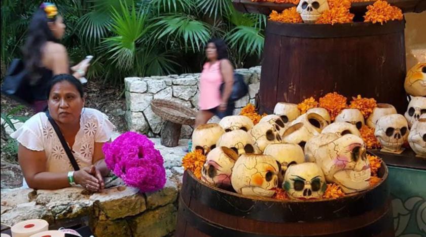 Vista general de las ofrendas montadas en calles de Cancún, en el caribe mexicano hoy, miércoles 31 de octubre de 2018. EFE