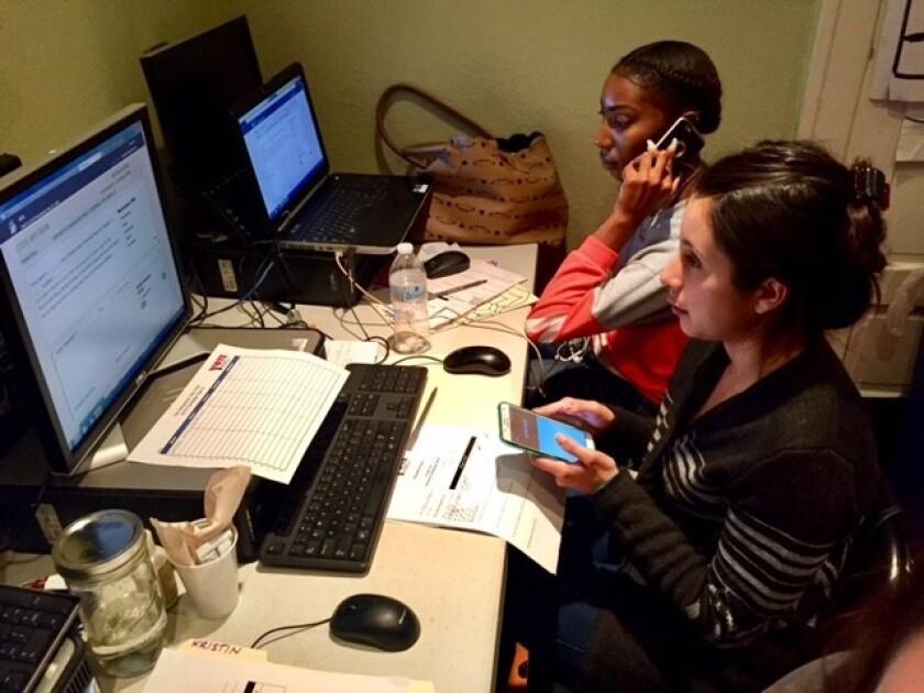 Ana Godoy, una recién graduada de la Universidad Estatal de California en Long Beach, quien envía mensajes de textos y hace llamadas telefónicas para YVote