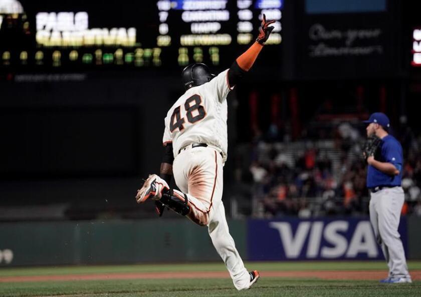 El jugador venezolano de los Gigantes de San Francisco Pablo Sandoval (c) celebra en el campo tras protagonizar el golpe ganador contra los Cachorros de Chicago en la 11ª entrada de su partido de la Liga Nacional de béisbol profesional en el estadio AT&T de San Francisco (Estados Unidos) el 9 de julio de 2018. EFE