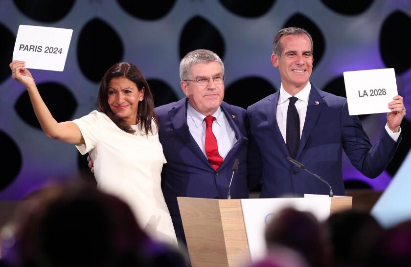 Alcaldesa de París, Anne Hidalgo (i);, Thomas Bach (c), y al alcalde de Los Ángeles, Eric Garcetti (d)