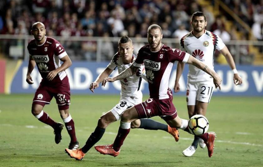 Mateus Uribe (2i) del América disputa un balón con Enrique Moura (2d) del Saprissa durante el partido de ida por los octavos de final de la Liga de Campeones de la Concacaf. EFE