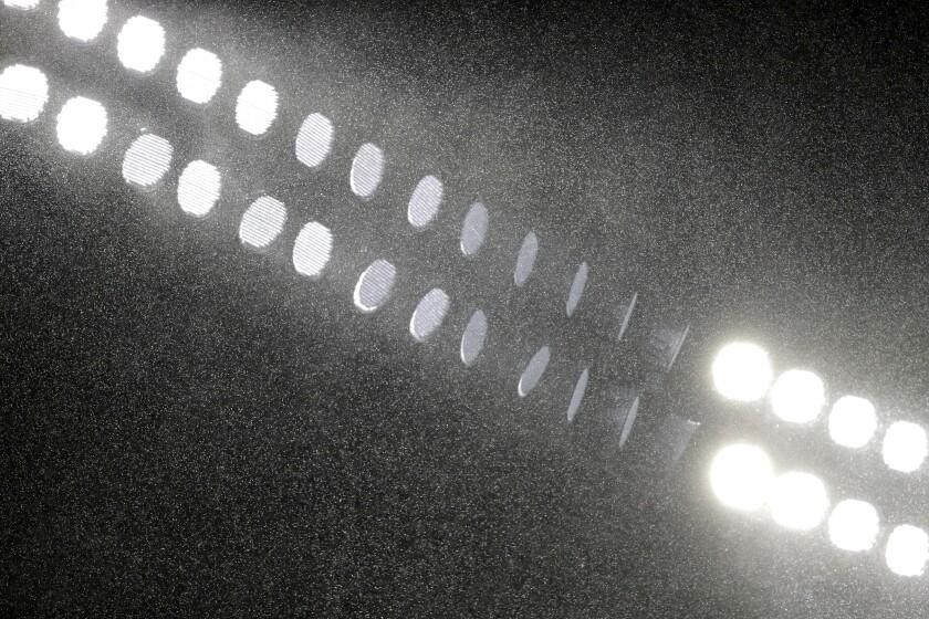 Llueve frente a las luces del Oriole Park, en Camden Yards,