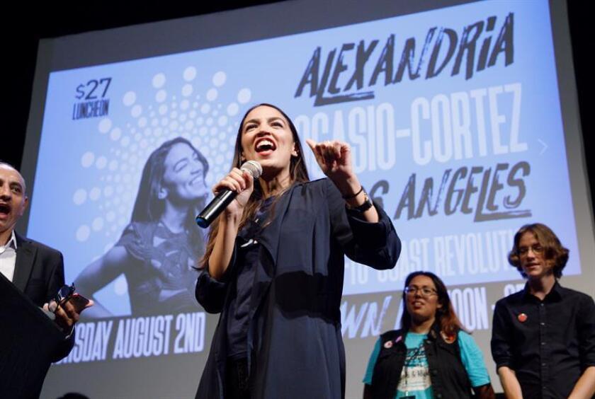 En Nueva York, Alexandría Ocasio-Cortez ganó reconocimiento nacional al derrotar la maquinaria demócrata que apoyaba al actual congresista por el Distrito 14, Joe Crowley. EFE/Archivo