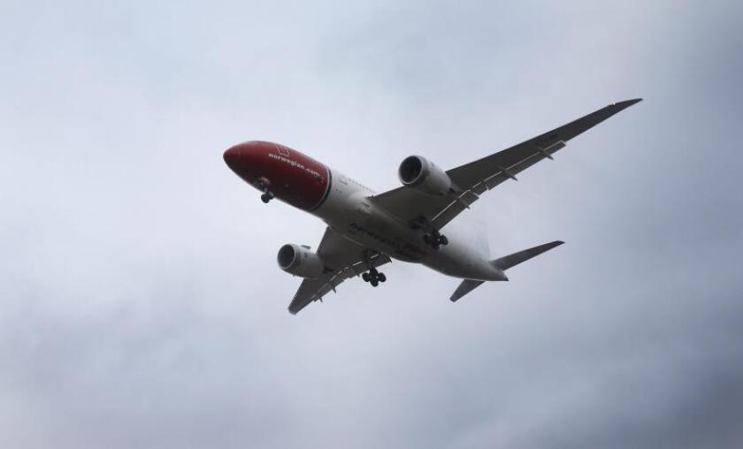 Un avión de la aerolínea noruega Norwegian en vuelo. EFE/Archivo