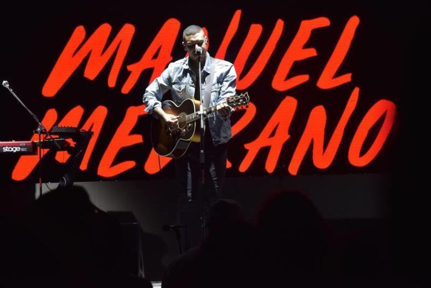 Fotografía cedida donde aparece el cantante colombiano Manuel Medrano durante un concierto ofrecido este jueves 14 de marzo de 2019, en el festival South by Southwest (SXSW) de Austin (EE.UU.) dentro de Uforia, un evento musical de dos días organizado por la cadena hispana Univision. Triunfar como cantautor en medio de la potente escena urbana de Colombia casi le convirtió en un bicho raro, pero Manuel Medrano defendió en una charla con Efe el romanticismo y el propósito terapéutico de su música y adelantó que su segundo disco también girará en torno a las relaciones íntimas. EFE/SOLO USO EDITORIAL