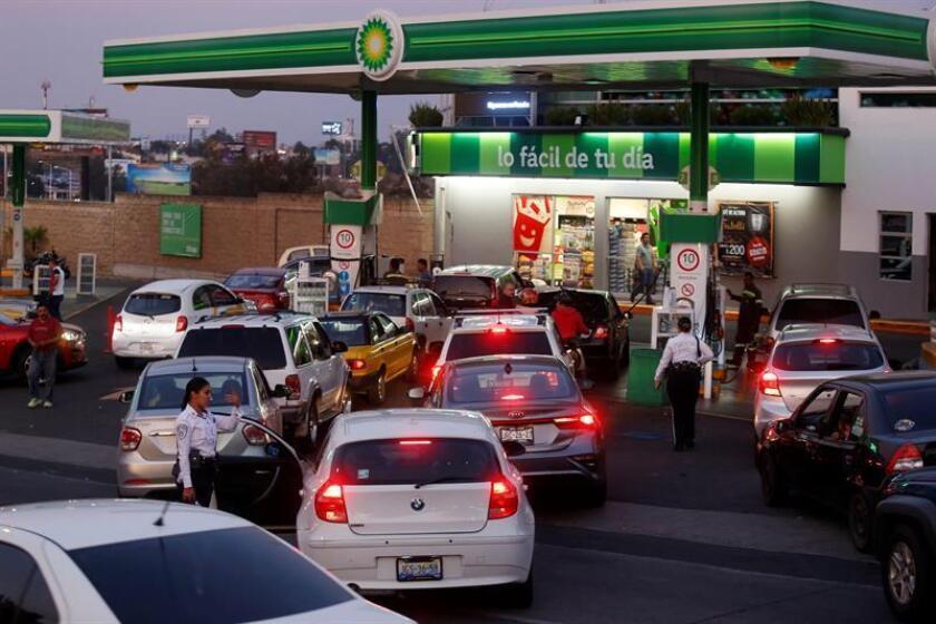 Largas colas en México para abastecerse de unos pocos litros de gasolina