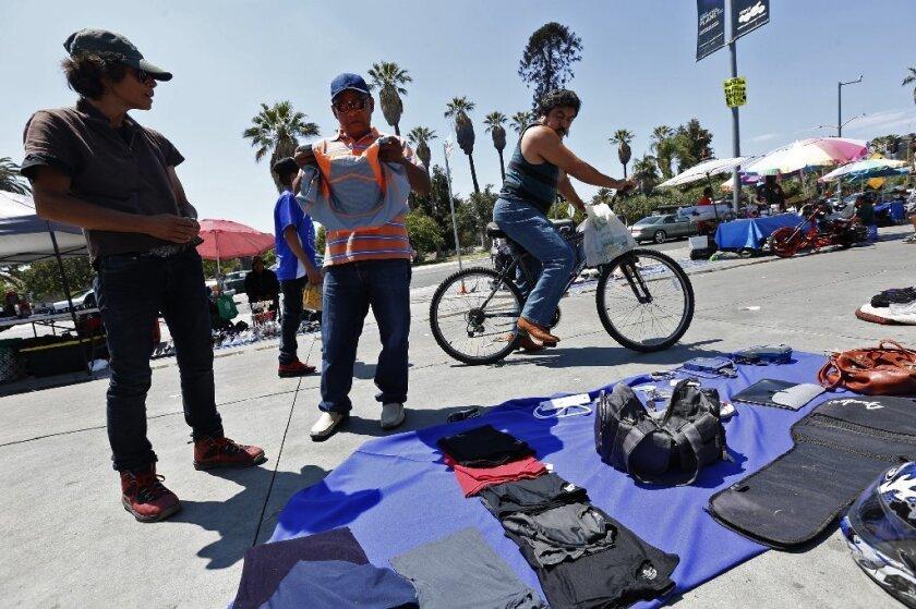 Abogados del National Laywers Guild en Los Ángeles, señalará que no solamente los vendedores ambulantes están sujetos a multas que van desde los 300 dólares a los 1,000 sino también enfrentan multas de las cortes.