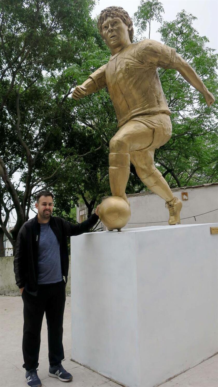 César Pérez, impulsor del homenaje a Diego Armando Maradona, posa junto a la estatua del icono argentino Diego Armando Maradona hoy, martes 30 de octubre de 2018, día del cumpleaños del jugador argentino, en Buenos Aires (Argentina). EFE