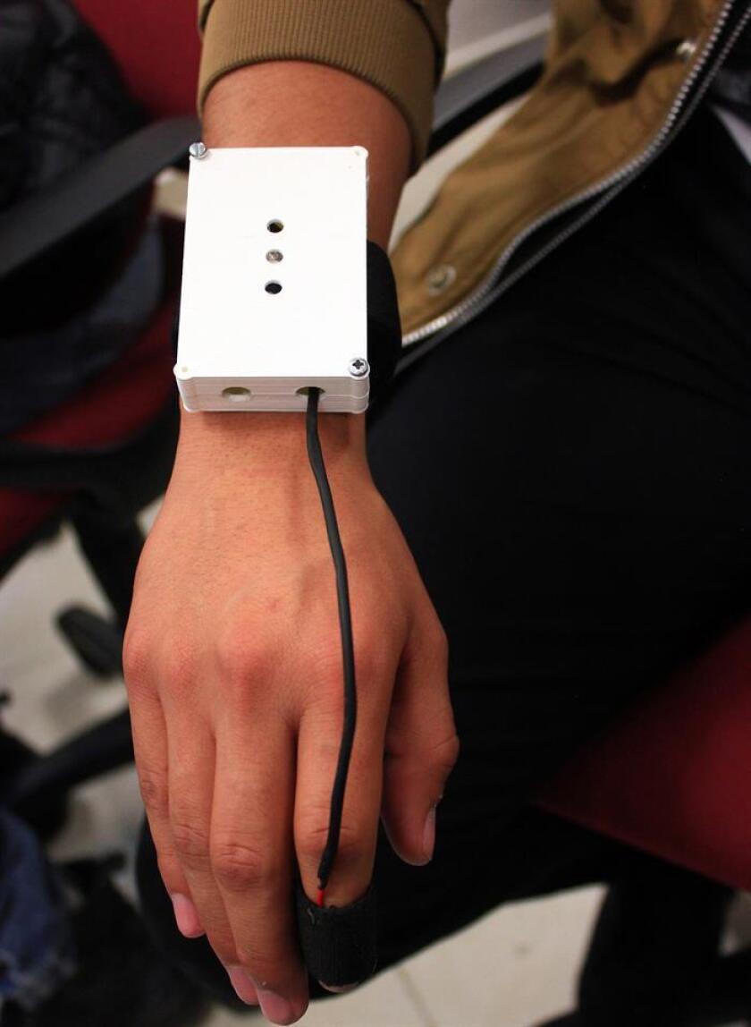 """Fotografía cedida por el Instituto Politécnico Nacional (IPN) que muestra el prototipo de un aparato de monitoreo hoy, jueves 16 de noviembre de 2017, en Ciudad de México (México). Estudiantes del Instituto Politécnico Nacional (IPN) diseñaron """"MANS"""", un prototipo de aparato auxiliar de medicina que define la ansiedad del paciente mediante la medición de los niveles de sudoración, respiración y flujo sanguíneo. EFE/IPN/SOLO USO EDITORIAL/NO VENTAS"""