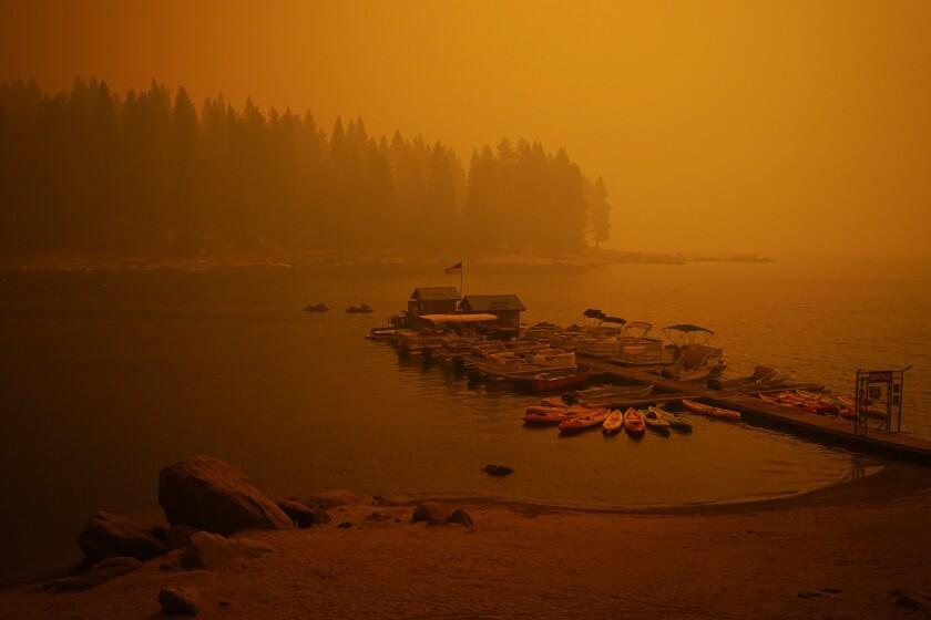 Humo de un incendio forestal llena el aire el domingo 6 de septiembre de 2020 encima de un muelle