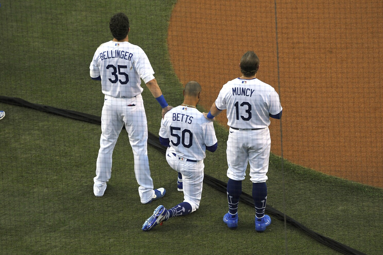 Dodgers' Mookie Betts takes a knee during national anthem - Los ...