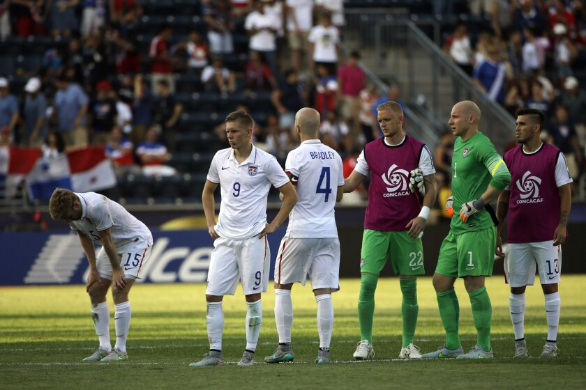 Jugadores de EE.UU. se lamentan tras caer en penaltis ante Panamá.