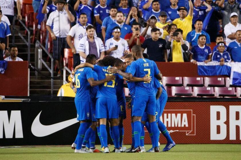 Jugadores Brasil celebran luego de anotar un penalti a El Salvador hoy, martes 11 de septiembre de 2018, durante un partido amistoso entre Brasil y El Salvador en el estadio FedEx Field en Landover (EE.UU.). EFE