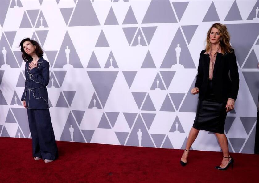 Las actrices Sally Hawkins (i) y Laura Dern (d) posan a su llegada al tradicional almuerzo previo a la entrega de los Premios Óscar hoy, lunes 05 de febrero de 2018, en el Beverly Hilton de Beverly Hills, California (EE.UU.). EFE