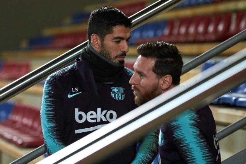 Los jugadores del FC Barcelona Luis Suárez (i) y Leo Messi (d), en la Ciudad Deportiva Joan Gamper. EFE/Archivo